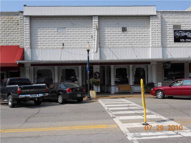 117 North Court Square, Waverly, TN 37185 (MLS #RTC2116940) :: The Group Campbell powered by Five Doors Network