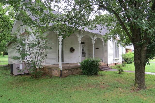 538 E Madison St, Pulaski, TN 38478 (MLS #RTC2165026) :: The Group Campbell powered by Five Doors Network