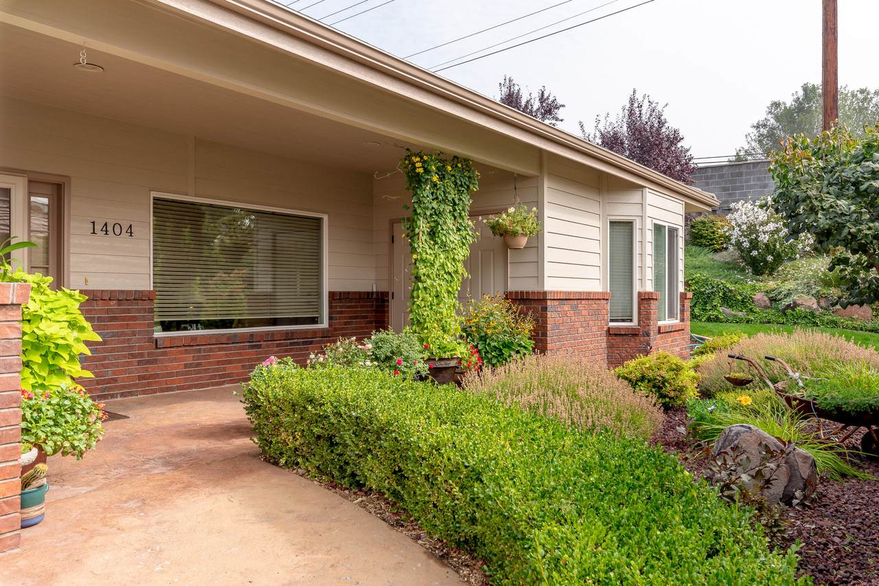 1380 Eastmont Ave - Photo 1