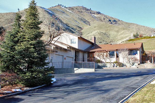 2020 Center Ct Dr, Wenatchee, WA 98801 (MLS #714859) :: Nick McLean Real Estate Group