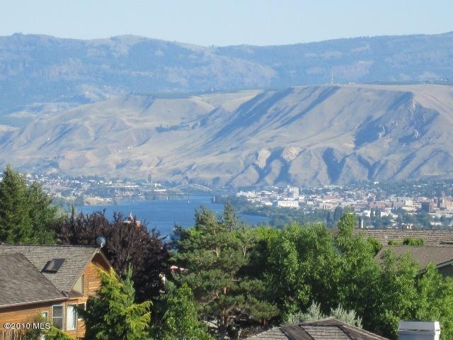 140 Tarn Pl, Wenatchee, WA 98801 (MLS #717357) :: Nick McLean Real Estate Group