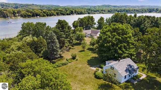531 S Lake Shore Drive, Lake Leelanau, MI 49653 (MLS #1877049) :: Michigan LifeStyle Homes Group