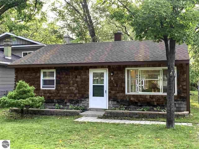 935 Avenue D, Traverse City, MI 49686 (MLS #1880061) :: Michigan LifeStyle Homes Group