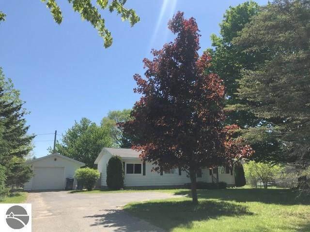 823 S East Silver Lake Road, Traverse City, MI 49685 (MLS #1875296) :: Michigan LifeStyle Homes Group