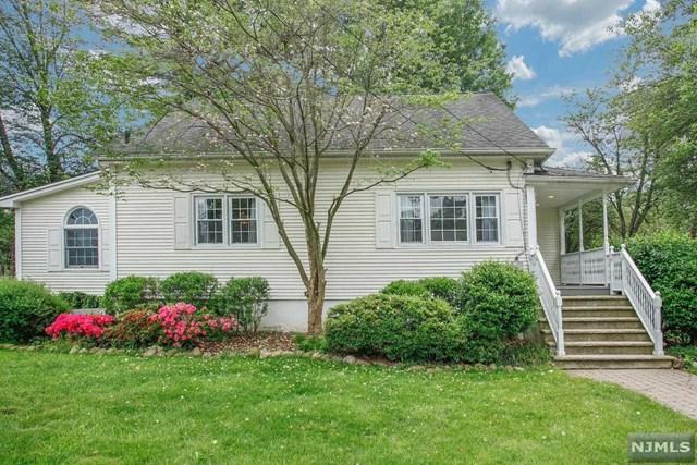 32 Oak Street, Hillsdale, NJ 07642 (MLS #1822855) :: The Dekanski Home Selling Team