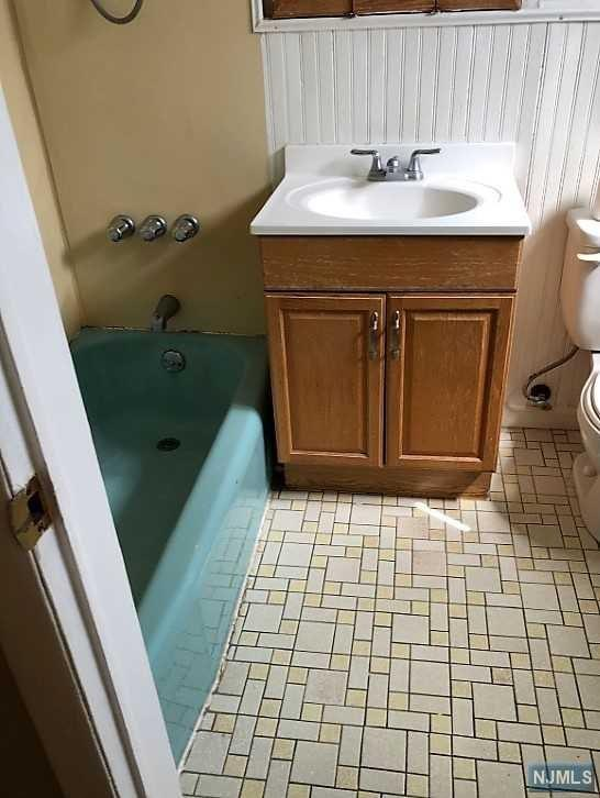 300 E Homestead Avenue A4, Palisades Park, NJ 07650 (MLS #1833869) :: The Dekanski Home Selling Team