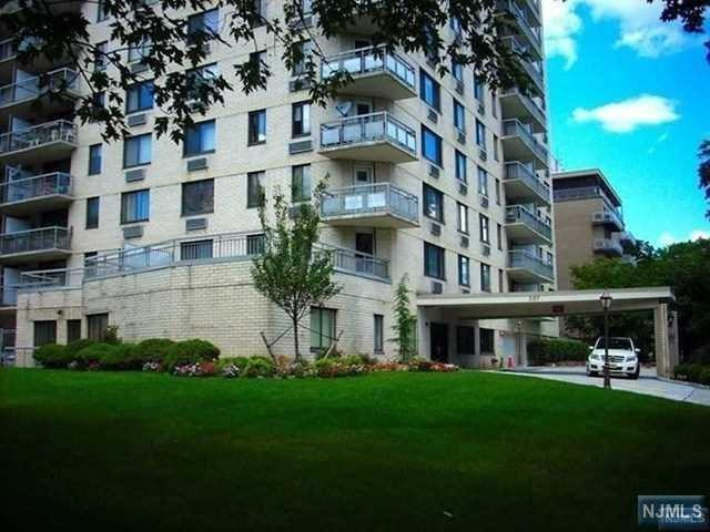 307 Prospect Avenue 8 G, Hackensack, NJ 07601 (#1902919) :: Berkshire Hathaway HomeServices Abbott Realtors