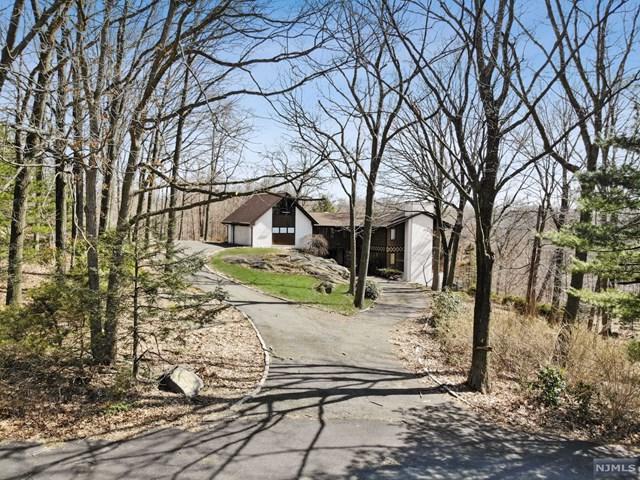 4 Highwood Place, Alpine, NJ 07620 (#1913235) :: Berkshire Hathaway HomeServices Abbott Realtors