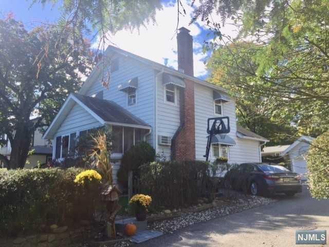 61 E Crescent Avenue, Allendale, NJ 07401 (MLS #1842513) :: The Dekanski Home Selling Team