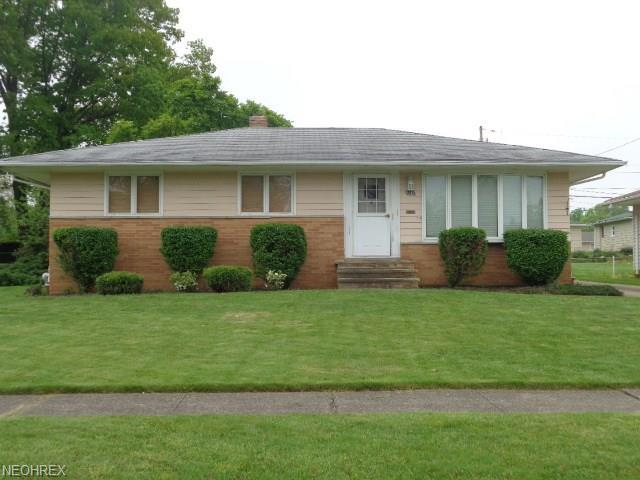 758 E Clearview Ave, Seven Hills, OH 44131 (MLS #4001710) :: The Crockett Team, Howard Hanna