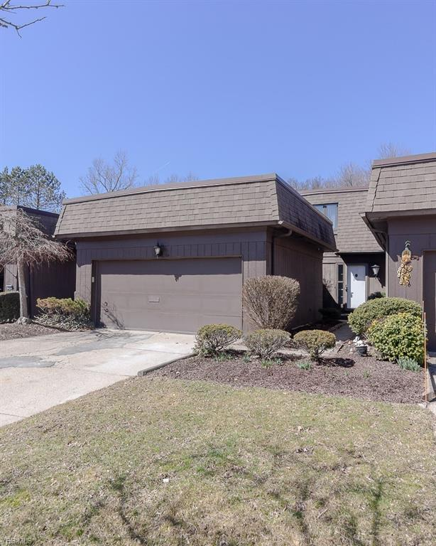 19276 Briarwood Ln, Strongsville, OH 44149 (MLS #4081142) :: RE/MAX Trends Realty