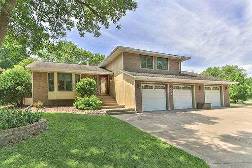 1664 Evergreen Drive, Woodbury, MN 55125 (MLS #5618623) :: The Hergenrother Realty Group