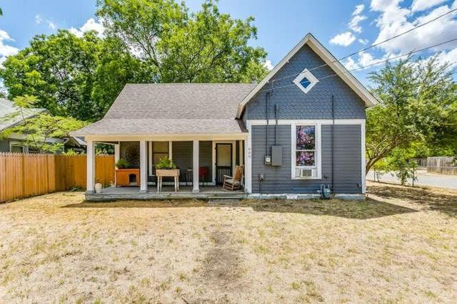 909 N Robinson Street, Cleburne, TX 76031 (MLS #13909805) :: Team Hodnett