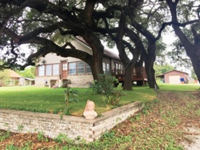 1005 E Grand Avenue, Comanche, TX 76442 (MLS #13914881) :: Frankie Arthur Real Estate