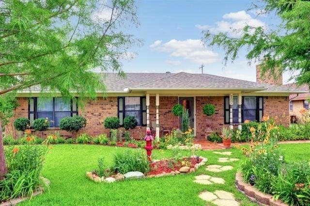 107 Texoma Drive, Whitesboro, TX 76273 (MLS #13922151) :: Team Hodnett
