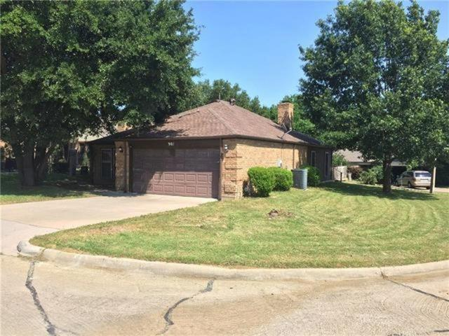 901 Country Club Circle, Grand Prairie, TX 75052 (MLS #13941129) :: Robbins Real Estate Group