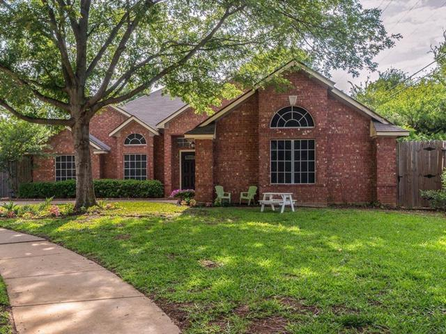 4500 Ainsworth Circle, Grapevine, TX 76051 (MLS #14022944) :: Frankie Arthur Real Estate