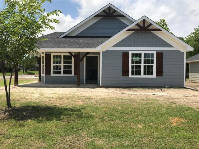 311 Oak Street, Sanger, TX 76266 (MLS #14095386) :: Kimberly Davis & Associates