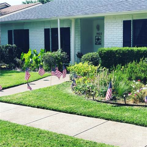 1922 Rambling Ridge Lane, Carrollton, TX 75007 (MLS #14188923) :: Frankie Arthur Real Estate