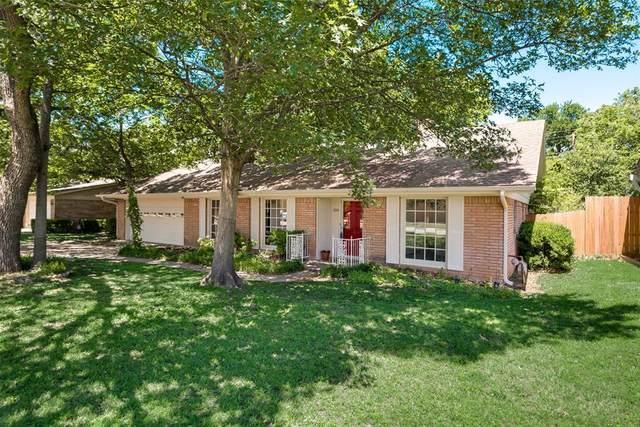 300 Plainview Drive, Hurst, TX 76054 (MLS #14334585) :: Potts Realty Group