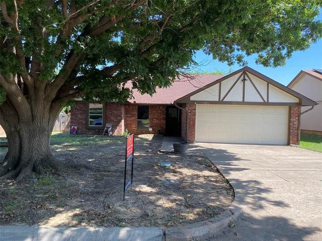 1704 S Bent Tree Trail, Grand Prairie, TX 75052 (MLS #14385651) :: Front Real Estate Co.