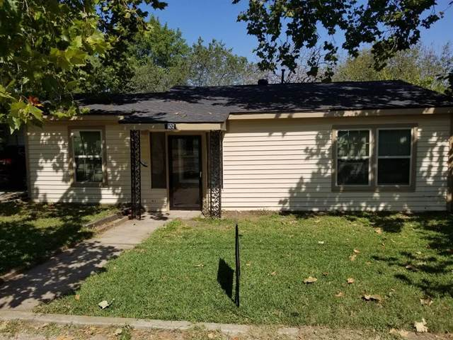 407 Walnut Street, Grandview, TX 76050 (MLS #14451407) :: The Kimberly Davis Group