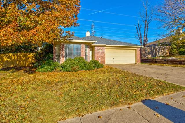 10624 Cobblestone Drive, Benbrook, TX 76126 (MLS #14480385) :: Justin Bassett Realty