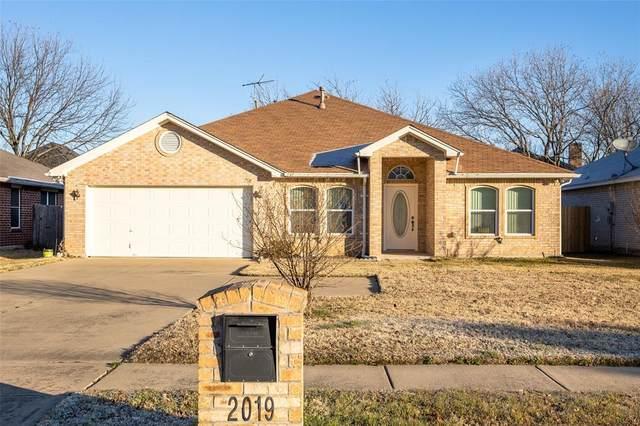 2019 Norwood Lane, Arlington, TX 76013 (MLS #14500218) :: RE/MAX Pinnacle Group REALTORS