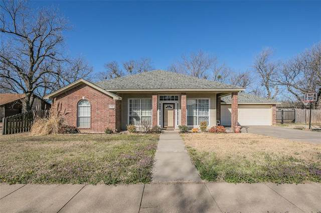 702 S 3rd Street, Grandview, TX 76050 (#14526248) :: Homes By Lainie Real Estate Group