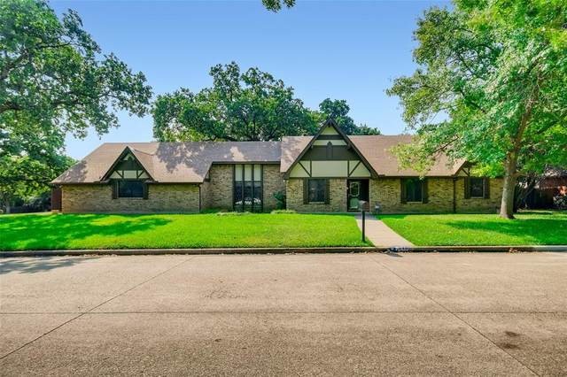 2401 Axminster Drive, Grand Prairie, TX 75050 (#14669995) :: Homes By Lainie Real Estate Group