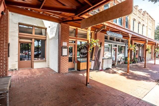 132 E 1st Street, Lancaster, TX 75146 (MLS #14651081) :: KW Commercial Dallas