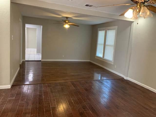 1007 W Clarendon Drive, Dallas, TX 75208 (MLS #14381407) :: Tenesha Lusk Realty Group