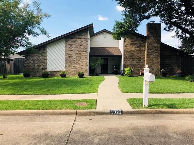 1022 Hampshire Lane, Carrollton, TX 75007 (MLS #14605392) :: Real Estate By Design