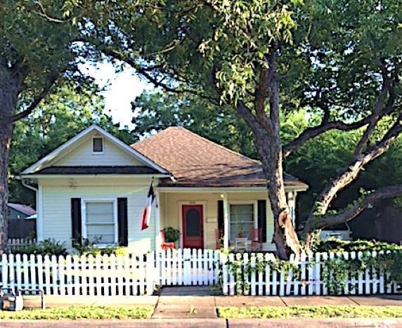 409 E Worth Street, Grapevine, TX 76051 (MLS #14043815) :: Team Tiller