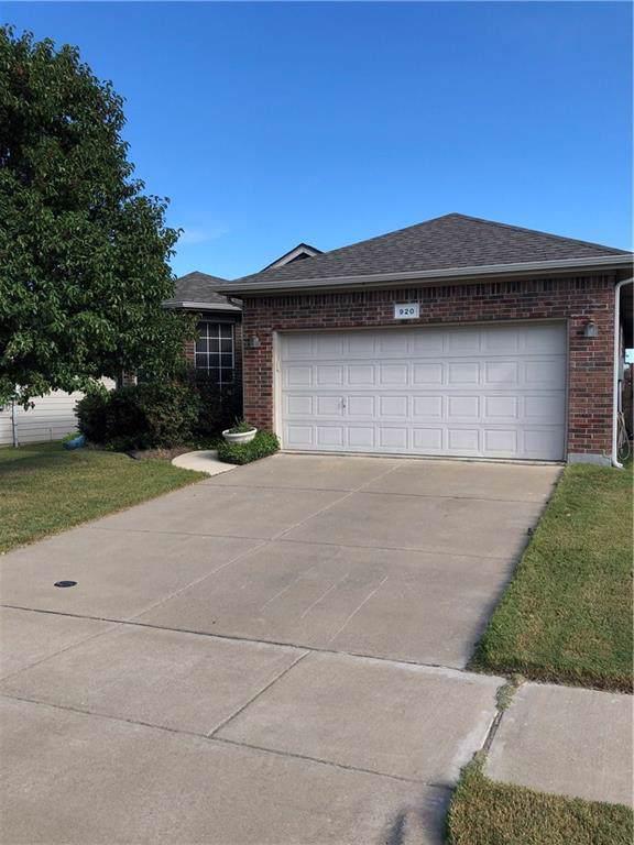 920 Poncho Lane, Fort Worth, TX 76052 (MLS #14183718) :: Baldree Home Team