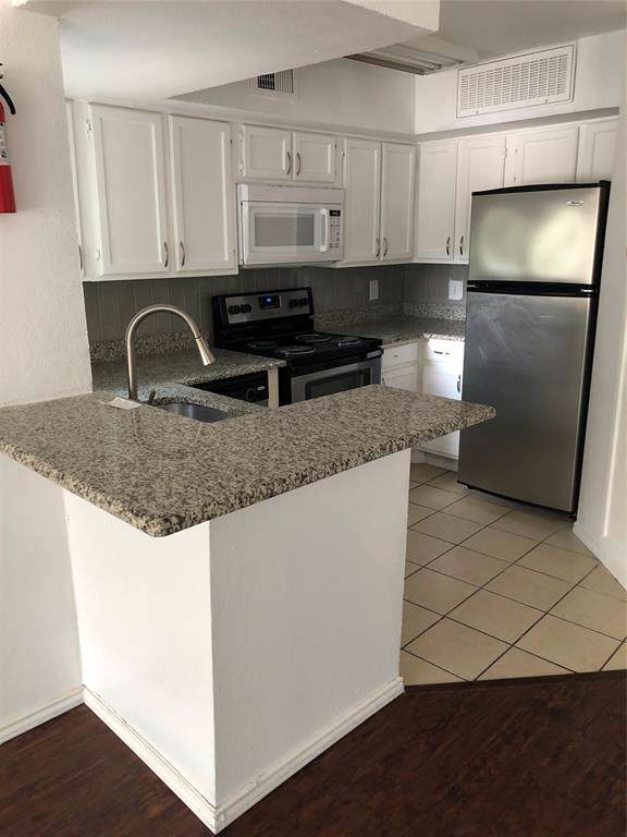 9819 Walnut Street #206, Dallas, TX 75243 (MLS #14236392) :: The Hornburg Real Estate Group