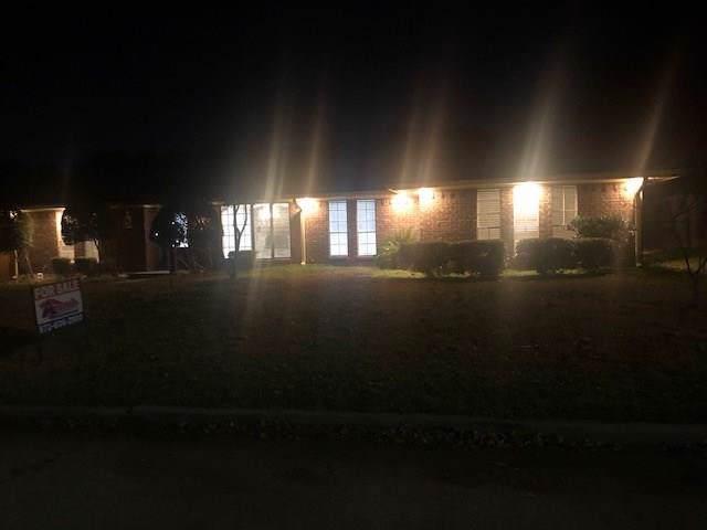 3442 Racquet Club Drive, Grand Prairie, TX 75052 (MLS #14241703) :: Ann Carr Real Estate