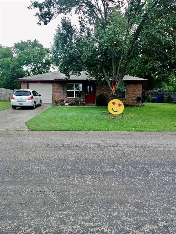 330 E Wilson Avenue, Pilot Point, TX 76258 (MLS #14368634) :: The Heyl Group at Keller Williams