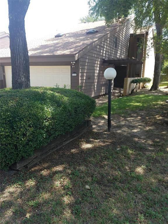 738 Oakwood Trail, Fort Worth, TX 76112 (MLS #14383897) :: The Mauelshagen Group