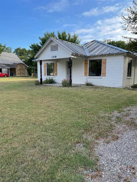 1308 N Anglin Street, Cleburne, TX 76031 (MLS #14670633) :: Maegan Brest | Keller Williams Realty