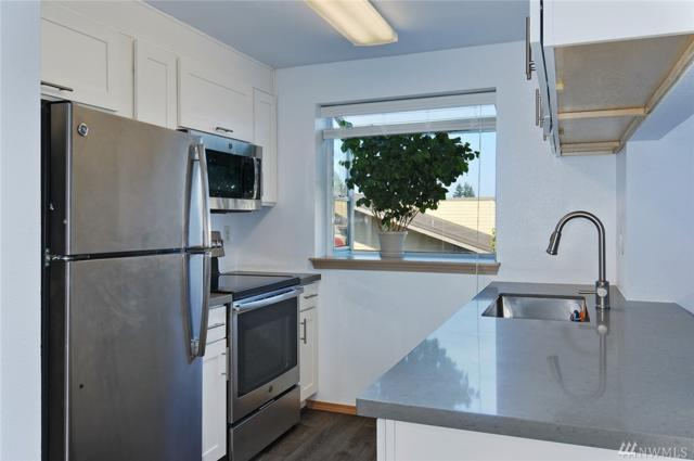 12056 15th Ave NE #304, Seattle, WA 98125 (#1355634) :: Carroll & Lions