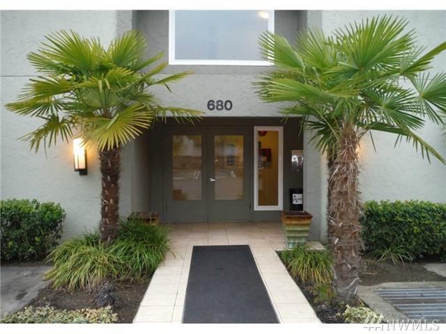 680 122nd Ave NE #114, Bellevue, WA 98005 (#1144465) :: Ben Kinney Real Estate Team