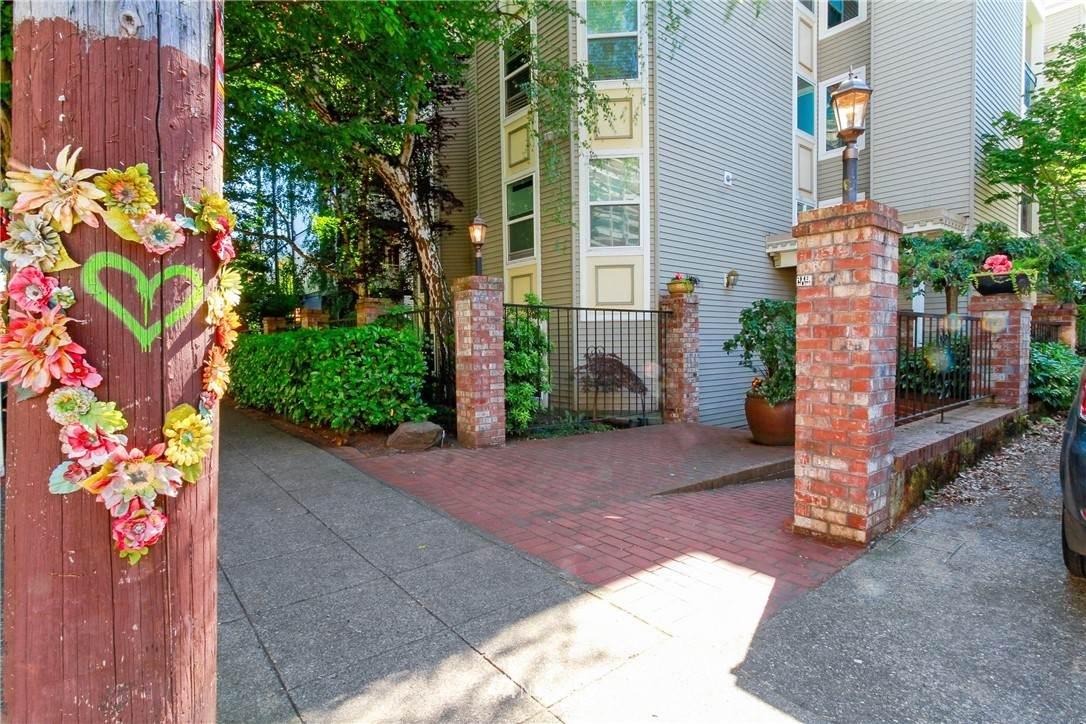 521 Summit Avenue - Photo 1