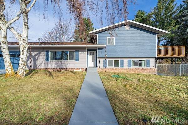 2481 3rd St NE, East Wenatchee, WA 98802 (#1565832) :: The Kendra Todd Group at Keller Williams