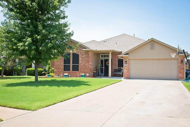 715 Hedgewood Drive, Moore, OK 73160 (MLS #919786) :: Homestead & Co
