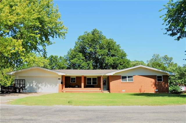 821 N College Street, Cordell, OK 73632 (MLS #924027) :: Homestead & Co