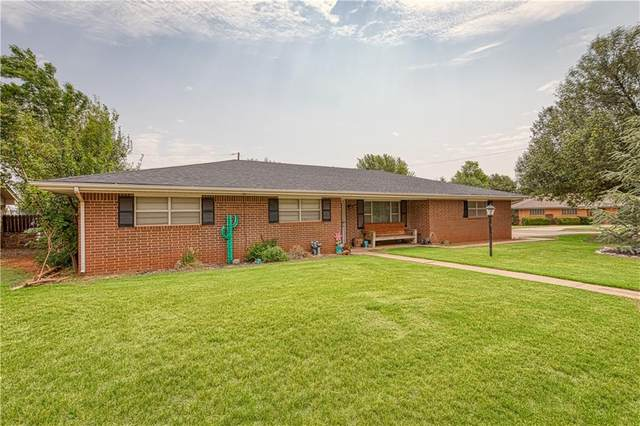 902 N Howard Avenue, Elk City, OK 73644 (MLS #925335) :: Homestead & Co