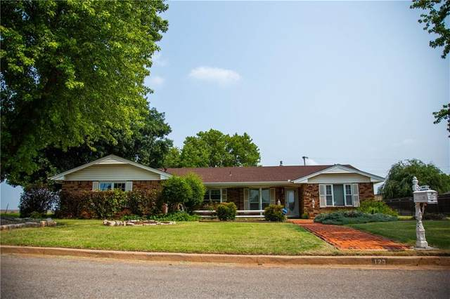 123 W Maple Street, Cordell, OK 73632 (MLS #967561) :: Sold by Shanna- 525 Realty Group