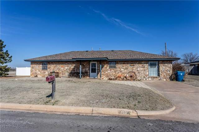 723 E 9th Street, Cordell, OK 73632 (MLS #900263) :: Homestead & Co