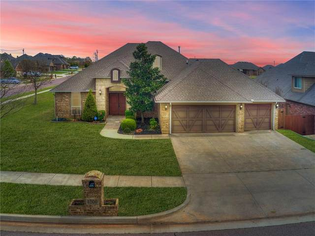 1300 Denver Circle, Moore, OK 73160 (MLS #906380) :: Homestead & Co